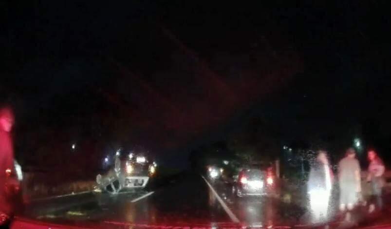 Carro capota na rodovia SP-304, em Americana, durante a madrugada