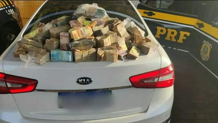 Casal é flagrado pela PRF com R$ 1,26 milhão em espécie em carro no Paraná