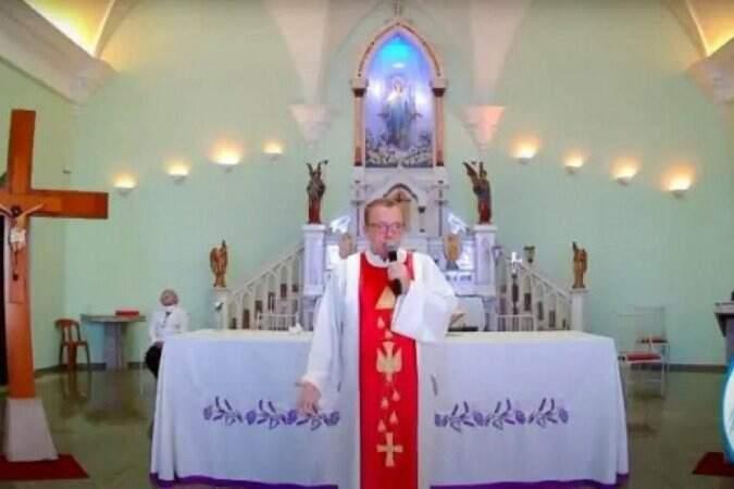 Padre critica veto a missas presenciais: coisa de 'esquerdistas vagabundos'