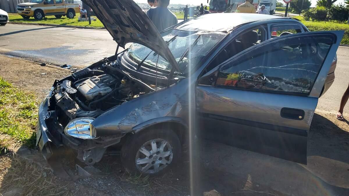 Homem perde a direção e capota carro na SP-101, em Hortolândia