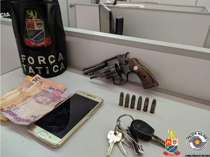 Após denúncia anônima, PM prende homem por porte ilegal de arma de fogo