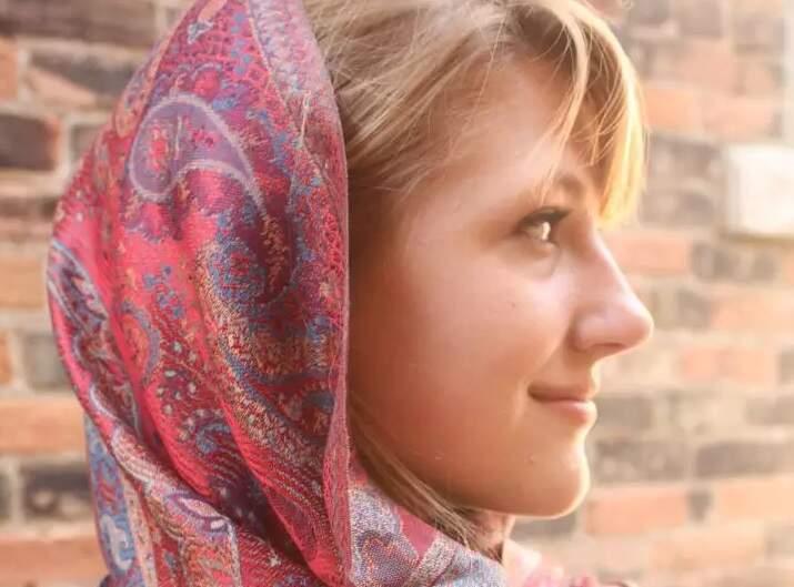 Lenços na cabeça são destaques no vestuário feminino