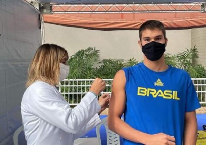 Murilo Sartori recebe primeira dose da vacina contra Covid-19