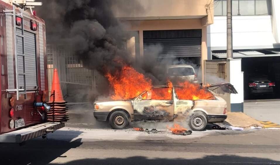 Carro pega fogo no bairro Santa Cruz, em Americana