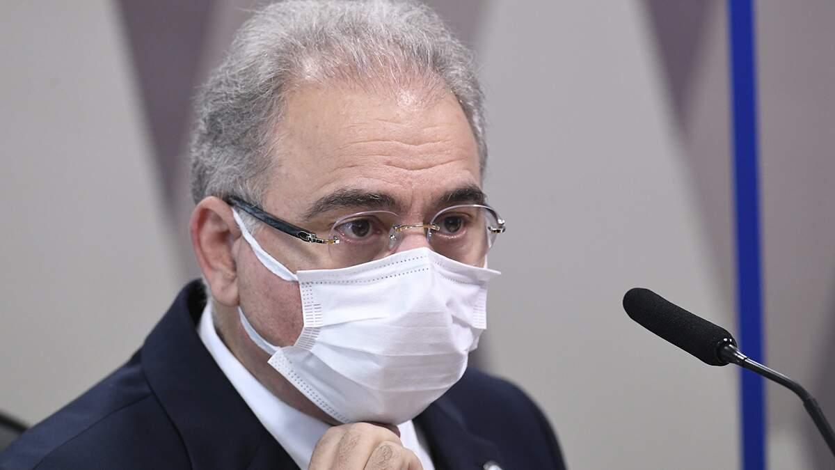 Queiroga anuncia no Twitter dose de reforço para profissionais da saúde