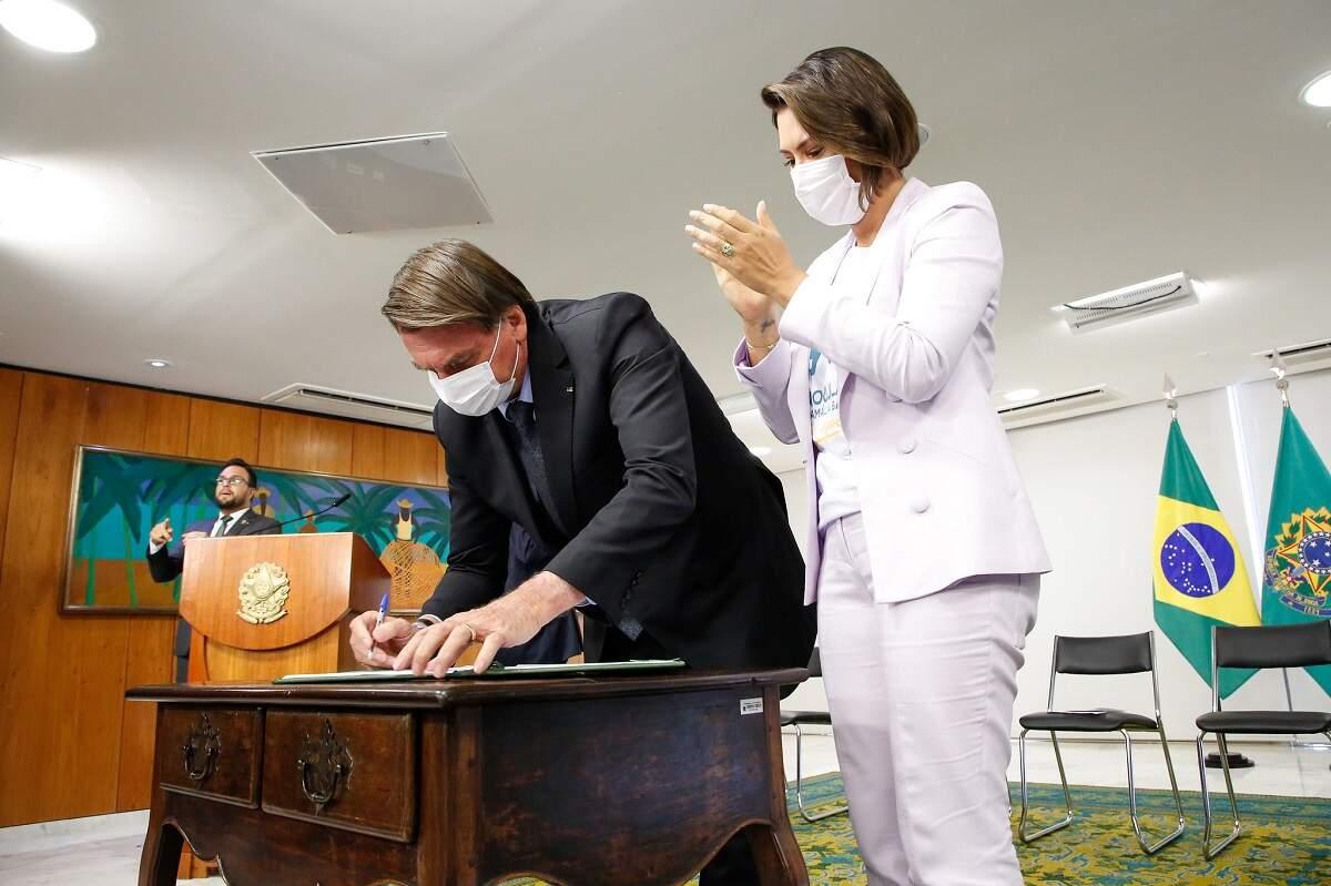 Bolsonaro concede medalha Oswaldo Cruz para primeira-dama, ministros e aliados