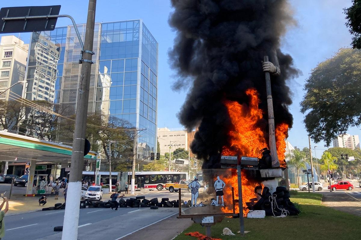 Fogo no Borba Gato em São Paulo acirra a disputa política