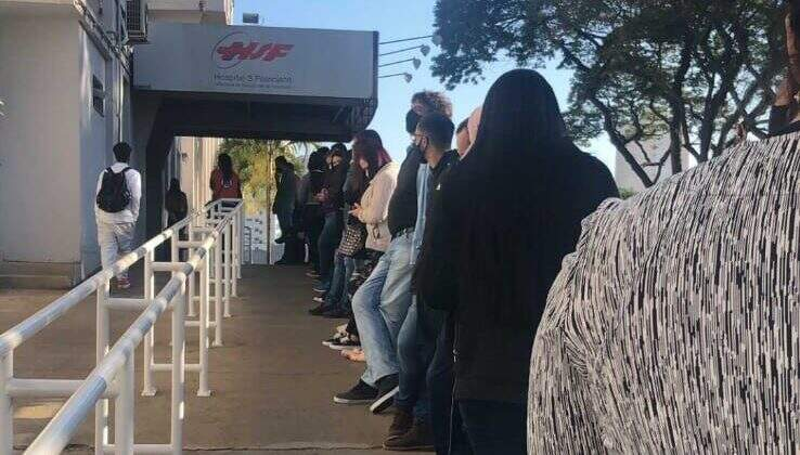 Hospital São Francisco tem fila para doação de sangue a menino vítima de acidente