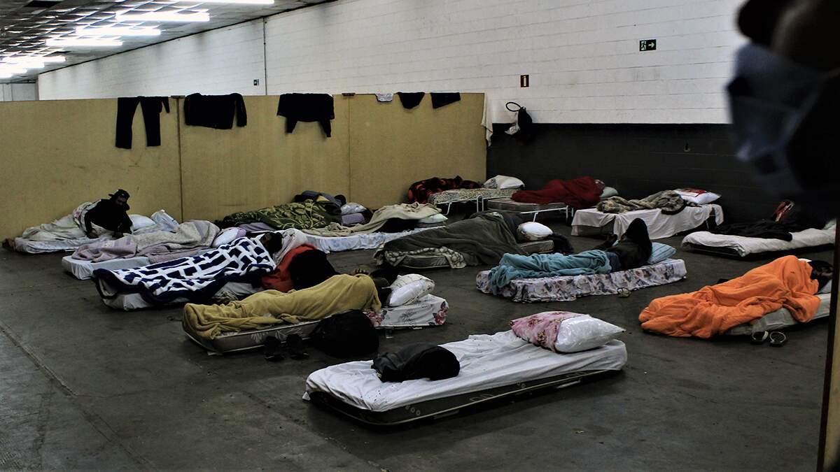 Abrigados na Fidam, moradores de rua relatam as dificuldades de resistir às noites frias