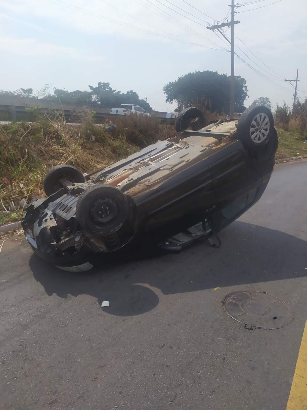 Carro capota na Cidade Jardim, em Americana; motorista sai ilesa