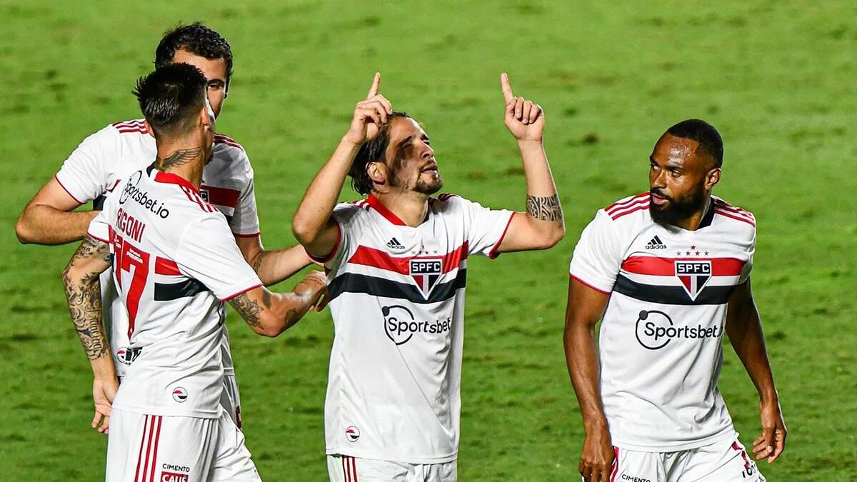 Com um a mais desde o 1º tempo, São Paulo vence Vasco e avança às quartas