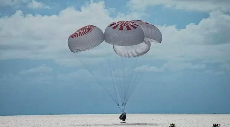 Missão da SpaceX que levou civis ao espaço retorna à Terra após três dias