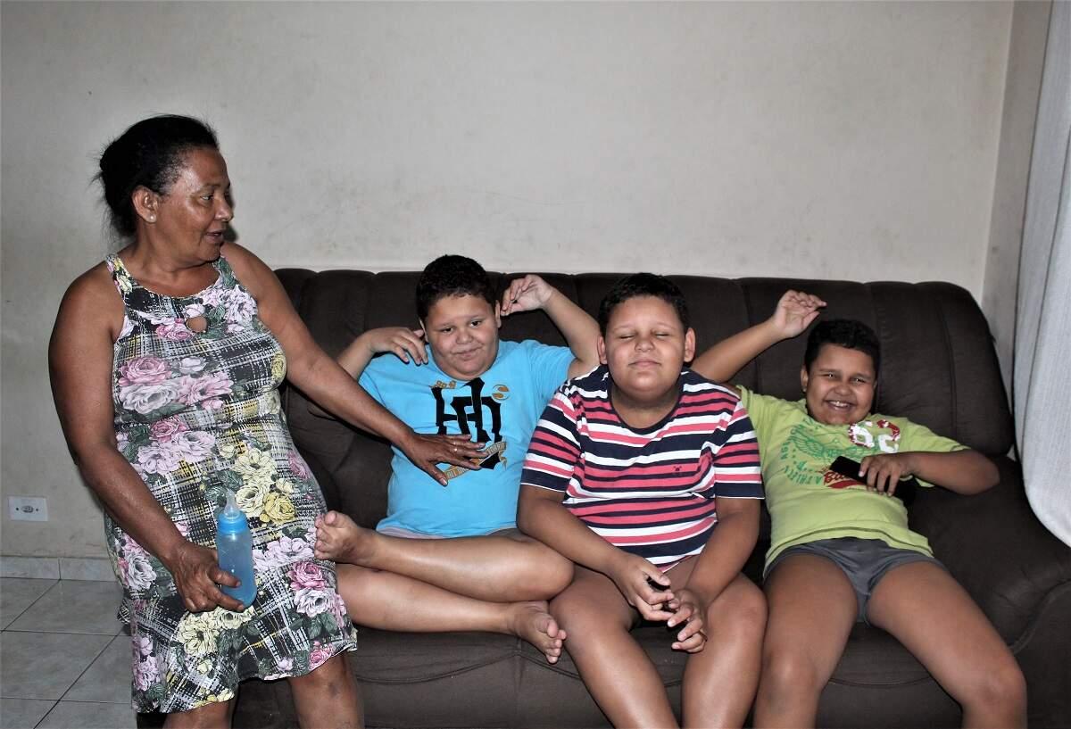 Campanha tenta ajudar família de trigêmeos autistas em Santa Bárbara