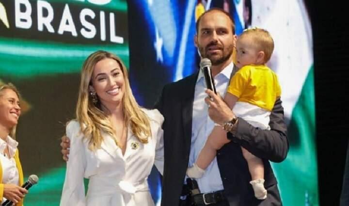 Esposa de Eduardo Bolsonaro anuncia que ela e filha pegaram Covid-19
