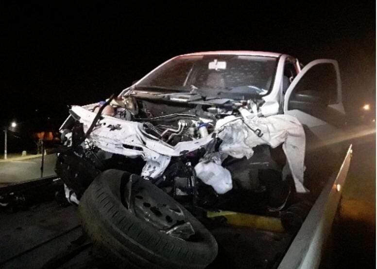 Carro fica destruído após bater contra mureta na SP-304, em Santa Bárbara